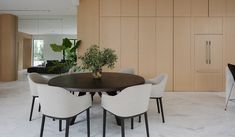 20 Minimalist Dining Rooms Sets with White Dining Chairs Modern Room, Modern Dining Table, Minimalist Dining Room, Home Decor Trends, Luxury Furniture, Living Room Decor, White Dining Chairs, Dining Room Decor, Furniture Inspiration