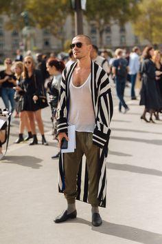 Street Style: Paris Fashion Week Part 4 Men's Fashion, Paris Fashion, Fashion News, Look Retro, Stylish Men, Festival Fashion, Streetwear Fashion, Men Dress, Ideias Fashion