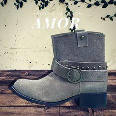 Boots Camp Gamuza diseñadas en piel tipo gamuza con látigos con estoperoles desmontables.  De venta en www.kichink.com/stores/brahavoscalzado