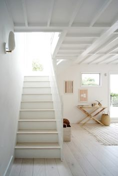 The Simple Life: A Montauk Beach House for a Creative Couple (Remodelista: Sourcebook for the Considered Home) Coastal Living Rooms, Coastal Homes, Beach Homes, Cottage Living, Cottage Style, Style At Home, Montauk Beach, Interior And Exterior, Interior Design