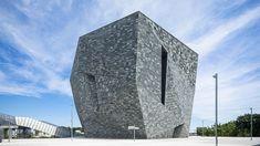 角川武蔵野ミュージアムが8月1日にオープン。こけら落としは「隈研吾/大地とつながるアート空間の誕生 ― 石と木の超建築」|美術手帖 Toby Is A, Kengo Kuma, Projection Mapping, Colossal Art, Cultural Events, Artists Like, Facade, Skyscraper, Tokyo
