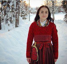 Järvsö - gorgeous to see it in context Swedish Fashion, Folk Fashion, Ethnic Fashion, Norwegian Style, Nordic Style, Costumes Around The World, Folk Clothing, Everyday Dresses, Folk Costume