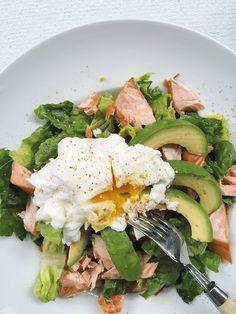 MAHTAVA! Finnische Küche: Pochiertes Ei auf Lachs-Avocado-Salat I Savulohi-avokadosalaatti, Copyright Michaela Fuchs