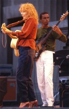 Joni Mitchell with Jaco Pastorius at the Berkley Jazz Festival, May Jaco Pastorius, Guitar Tabs Songs, Smooth Jazz, Jazz Musicians, Music Photo, She Song, Cultural, Popular Music, Jimi Hendrix