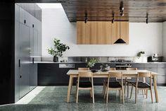 Kuchyňský kout prosvětluje stropní světlík.