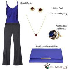 Blusa de seda azul e calça social fica clássico e elegante com brincos rubi, colar cristal burgundy, anel realeza pedra azul e carteira de mão azul klein.