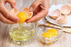 卵白と卵黄を分けている様子