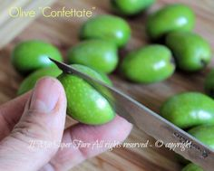 Olive confettate o da confetto ricetta Sarda. Le olive vanno,incise, tenute in acqua per giorni e poi immerse in salamoia. Conservare le olive è facilissimo