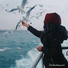 Hijabi girl standing on beach Hijab Niqab, Muslim Hijab, Hijab Chic, Hijab Dp, Beautiful Muslim Women, Beautiful Hijab, Hijabi Girl, Girl Hijab, Hijab Hipster