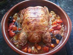 Pollo relleno de tortillas y carne picada Ingredientes: 1 pollo deshuesado (o lo deshuesamos nosotros). 400 gr. de carne picada de pollo. 3 huevos. 2 lonchas de jamón york. 3 lonchas de jamón serrano. 1 diente de ajo. Perejil. 6 cebollitas francesas. 3 zanahorias. 2 tomates. 8 ciruelas pasas sin hueso. Sal, pimienta y aceite. …