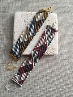 Peyote Beading Patterns, Bead Loom Patterns, Loom Beading, Bracelet Patterns, Beaded Jewelry Designs, Handmade Beaded Jewelry, Making Jewelry For Beginners, Bead Loom Bracelets, Bead Weaving