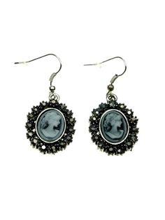 Blauwe oorbellen met strassrand en kunststof camee (hanger) voor 3,25 per paar #oorbellen #camee