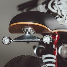 Skateboard seat details on @roguemotorcycles Triumph Thruxton build  Clever! . Photo by @ridejournal. . . #croig #caferacersofinstagram…