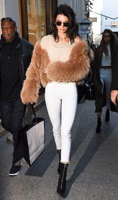 Fluffy coach, casaco fofinho, Kendall Jenner, blusa nude, calça branca, ankle boot preta