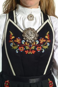 Smekkebunad - Vest-Telemark - Dame - Bunadene våre - Almankås Folk Clothing, Edwardian Dress, Folk Costume, Body Mods, Traditional Dresses, Costume Design, Cross Stitch Embroidery, Norway, Boho Fashion