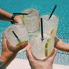 Friday Feels on a Thurs arvo ✌️ Summer Aesthetic, Aesthetic Food, Wine Smoothie, Gin, Fond Design, Champagne Cocktail, Food Goals, Friday Feeling, Mixed Drinks