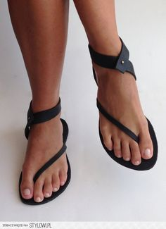 Sandals Summer - Very Cute Summer Shoes. These Shoes Will Look Good With Any Outfit. - There is nothing more comfortable and cool to wear on your feet during the heat season than some flat sandals. Crazy Shoes, Me Too Shoes, Buy Shoes, Women's Shoes, Shoes Style, Casual Shoes, Look Fashion, Fashion Shoes, Street Fashion