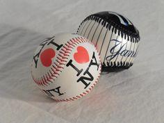 9,00€ · Pelotas de los Yankees · Vendo dos pelotas de béisbol. Una de los Yankees negra y blanca y otra de New York roja y blanca. Ambas las compré en un viaje a Nueva York. · Deportes > Resto de deportes > Béisbol y softball > Béisbol > Pelotas de béisbol