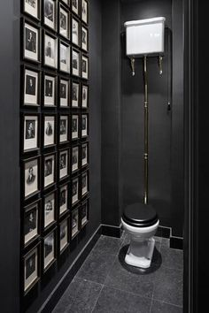 Dark and moody cloakroom with a gallery wall Dunkle und launische Garderobe mit einer Galeriewand Small Toilet Design, Small Toilet Room, Guest Toilet, Downstairs Toilet, Downstairs Cloakroom, Small Wc Ideas Downstairs Loo, Bad Inspiration, Bathroom Inspiration, Vintage Modern