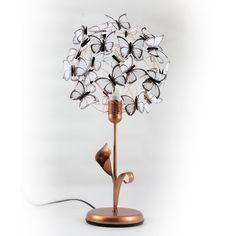 """""""Dorothy"""" - lámpara de mesa con base de hierro color cobre, con flor de cala y hoja, alambre de aluminio color cobre, y mariposas blancas hechas de papel vegetal francés. #MiTiendaNube"""