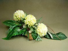 CHRYZANTEMY krem duży stroik ukos (585-1) stroik na grób Kompozycje kwiatowe Marko604