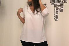 """Comment réaliser cette jolie blouse avec son col en V , dans un tissu fin , viscose , satin , crèpe , ou coton fin , proposé par """" OHMOTHERMINEDY.COM """" , en téléchargeant son patron gratuit et en suivant sa vidéo en espagnol , facile à suivre ! Pour télécharger..."""