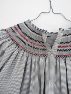 Another example of the back of a Bishop dress. Smocking Plates, Smocking Patterns, Dress Patterns, Smocked Baby Dresses, Little Girl Dresses, Punto Smok, Smocking Tutorial, Moda Kids, Smocks