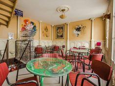 Un caractère fort se dégage de ce lieu, au coeur du quartier Saint-Nicolas à La Rochelle. Rempli d'objets dénichés par le propriétaire qui réussit habilement à les mettre en scène pour le plaisir des clients, le bar s'ouvre sur une terrasse partiellement couverte par une marquise de verre et d'acier, dont les potences sont spécifiquement chinées. A l'intérieur, de vieilles stalles en bois d'église sont détournées pour faire les étagères et le bar.