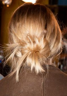 Hair Styles 2018 Good news: There's actually a greasy-hair fix that's more permanent than your average shampooing cycle. Learn how to train your hair to be less greasy. Discovred by : Byrdie Beauty Greasy Hair Hairstyles, Pretty Hairstyles, Good Hair Day, Great Hair, Greasy Hair Fix, Hair Fixing, Corte Y Color, Oily Hair, Hair Dos