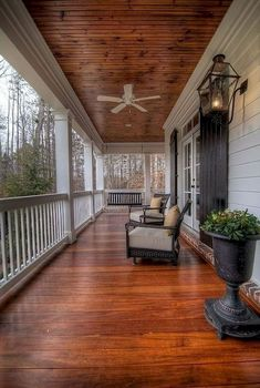 65 Stunning Farmhouse Front Porch Decorating Ideas - We have now some concepts for straightforward and inexpensive vintage farmhouse decor, you may need to perceive the place its doable to search out this stuff. Vintage Farmhouse Decor, Rustic Farmhouse, Farmhouse Style, Rustic Decor, Farmhouse Ideas, Farmhouse Design, Farmhouse Front Porches, Modern Farmhouse Exterior, Up House