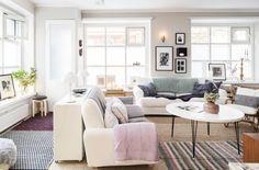 Olohuoneeseen tulee runsaasti valoa. Vasemmalla oleva sisäänkäynti on pihakadulle ja käytössä vain kesäisin. Olohuoneen sohvat ovat Ikeasta ja sohvapöytä on tehty vanhoista pöydänjaloista ja kierrätyskeskuksesta löytyneestä levystä.