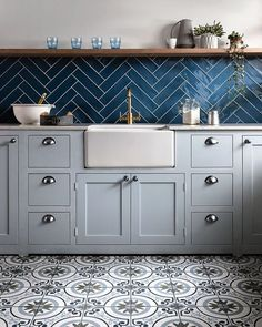 kitchen tile floor Selecting the right flooring material is essential to creating a swoonworthy cook space. Here, we run through the pros and cons of the six most popular types of kitchen floor tile so you can feel confident in your decision. Kitchen Interior, New Kitchen, Kitchen Decor, Boho Kitchen, Kitchen Styling, Types Of Kitchen Flooring, Kitchen Floor Tiles, Blue Tile Backsplash Kitchen, Kitchen Wall Tiles Design