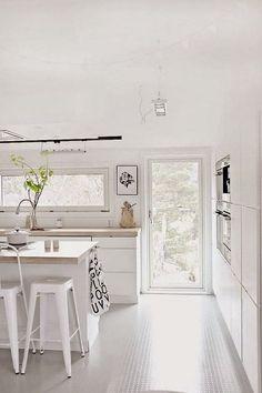 Feng Shui in the kitchen Interior Design Kitchen, Kitchen Decor, Kitchen Ideas, Muebles Shabby Chic, Wooden Cupboard, Walnut Kitchen, Casa Real, New Home Designs, Minimalist Kitchen