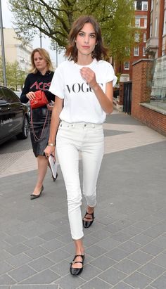 Hacks to Steal From the Best Model Off-Duty Moments Alexa Chung wore white on white and finished the look with a pair of black strappy flats.Alexa Chung wore white on white and finished the look with a pair of black strappy flats. Style Outfits, Mode Outfits, Fashion Outfits, Fashion Tips, Fashion Trends, Fashion Women, Models Off Duty, Alexa Chung Style, Estilo Jeans