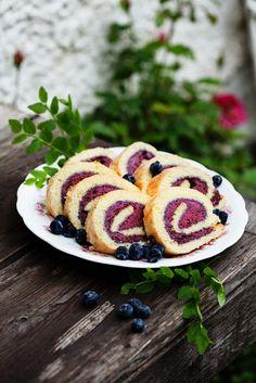 Geeiste Biskuit-Heidelbeerrolle | http://eatsmarter.de/rezepte/geeiste-biskuit-heidelbeerrolle