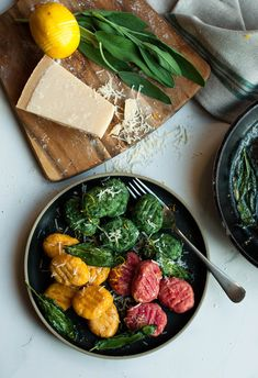 Homemade ricotta gnocchi with spinach, carrot and carrot. Recipe on lealou.me!