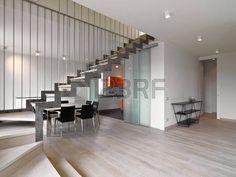 primer plano de la escalera de hierro en la moderna sala de estar con vistas te en la sala y la coci Foto de archivo
