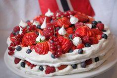 Pavlova til mai - Bakeprosjektet Pavlova, Strawberry, Girly, Baking, Desserts, Food, Cakes, Birthday, Bon Appetit