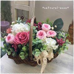 自然素材のナチュラルな籠に、こんもりふんわりと可愛らしくアレンジしました。コットンレースのりぼんで大人可愛いく、ガーリーな装いにしてみました。新築のお祝い、ご結婚、母の日のなどに、、、材料・素材 *プリザーブドフラワー* 薔薇2種・ペッパーベリー*アーテ...