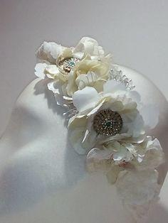 Tocado de novia en tonos blanco roto y marfil. Diseño estilo vintage Vase, Floral, Flowers, Jewelry, Home Decor, Fashion, Templates, Ivory, Bridal Headpieces
