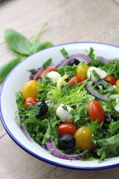 Ensalada mediterránea con cherrys, aceitunas negras, mozzarela y albahaca | Love my Salad