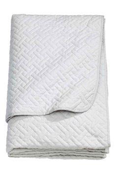 Prošívaný přehoz na dvojlůžko: Prošívaný přehoz na postel z bavlněné tkaniny s polyesterovou výplní.