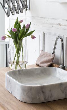 Waschbecken aus grauem Marmor