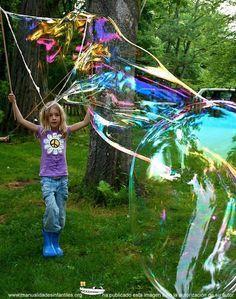 Alguna vez os habéis preguntado ¿cómo hacer burbujas gigantes?. Pues hoy vamos a descubrirlo! Aprovechando que hace un poco de viento y gracias a nuestra amiga Chistina que nos ha dejado sus fotografías y este maravilloso tutorial para hacer estas...