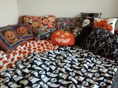 I have a lot of Halloween stuff. I collect throughout the year regardless of season and somehow when Autumn rolls around I always have space for more stuff. This has led to a mass collection of home. Halloween Bedroom, Halloween Home Decor, Halloween Items, Halloween Art, Happy Halloween, Halloween Decorations, Halloween Queen, Halloween Treats, Seasonal Decor