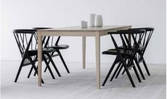 Table de salle à manger scandinave vintage N°2 - Table N°2 chêne savonné et chaises N°8 chêne verni noir BY LASSEN