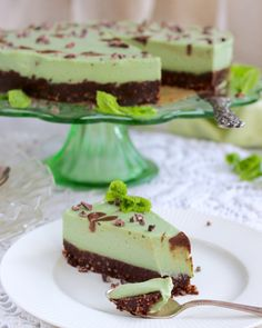 Raw cheesecake med pepparmynta & browniebotten Raw cheesecake with peppermint & brownie bottom Healthy Dessert Recipes, Healthy Baking, Vegan Desserts, Raw Food Recipes, Cake Recipes, Healthy Breakfasts, Brunch Recipes, Vegan Food, Breakfast Recipes