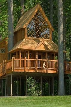 Haus ideen - Gorgeous home built among the trees. Labor Junction / Home Improvement / House P. Future House, My House, Cool Tree Houses, Tree House Designs, Cabins In The Woods, Log Homes, Play Houses, My Dream Home, Home Projects
