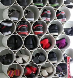 Tubos de PVC para organizar sapatos.
