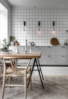 Modern Kitchen Decor : Minimal kitchen with an industrial touch Scandinavian Kitchen, Kitchen Flooring, Kitchen Decor Modern, Industrial Kitchen Design, Minimal Kitchen, Minimalist Decor, Kitchen Dining Room, Kitchen Tiles, Kitchen Design